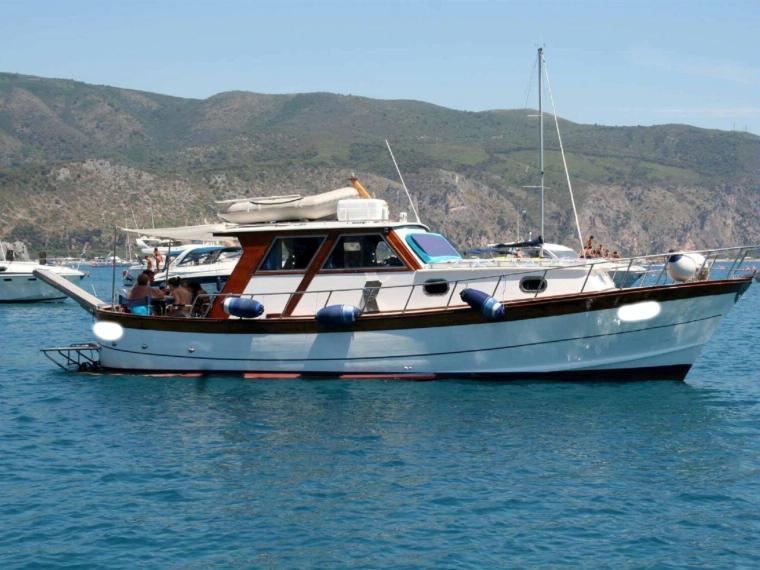 Aprea milano gozzo sorrentino in campania barche a for Barche al largo con cabine