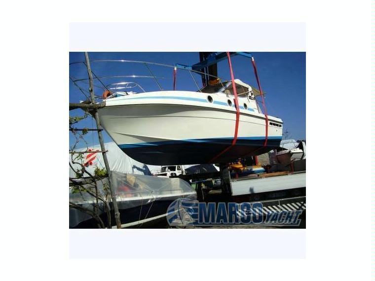 Azimut az 28 3 in liguria barche a motore usate 10197 for Barche al largo con cabine